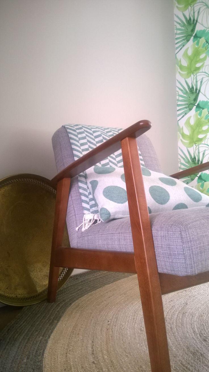 Ikea fauteuil EKENÄSET, schaal touch of Marocco, kussen & plaid HEMA, vloerkleed rond sisal KWANTUM, behang PRAXIS