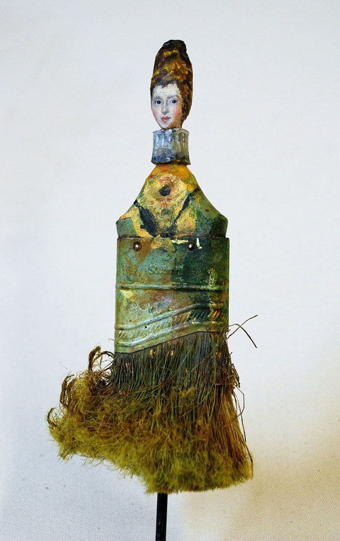 La artista plástica de San Francisco (EE.UU.) Rebecca Szeto utiliza pinceles y brochas para crear sus obras, pero las utiliza no solo para pintar con ellas, sino también sobre ellas. El resultado de su trabajo nos muestra refinadas damas renacentistas. Nos encanta.
