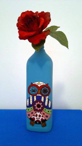 Garrafa pintada a mão e envernizada. Pode ser usada como decoração ou vaso de flores.  Obs.:  Não resiste a múltiplas lavagens. O formato da garrafa pode variar de acordo com a disponibilidade. A flor não acompanha o produto. R$ 60,00