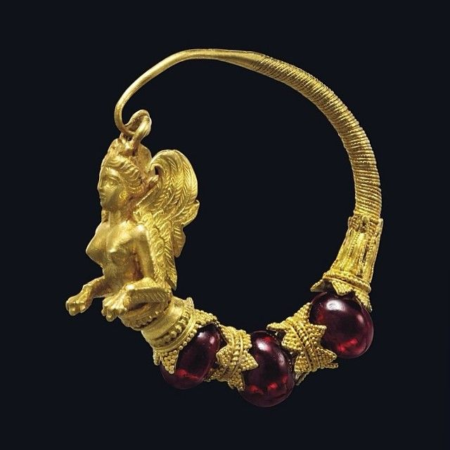 A GREEK GOLD AND GARNET EARRING WITH SIREN - HELLENISTIC PERIOD, CIRCA 4TH-3RD CENTURY B.C.