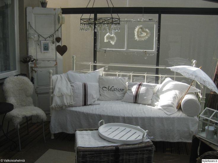 """""""Ninnuli"""":n lasikuisti toimisi kesäisin toisena olohuoneena ja pidentää terassikautta. #styleroom #inspiroivakoti #maalaisromanttinen #kuisti"""