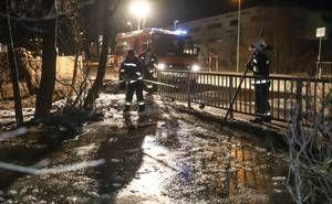 Eisstau im Grünbach bei eisigen -11°C sorgt für längeren Einsatz der Feuerwehr in Wels-Vogelweide