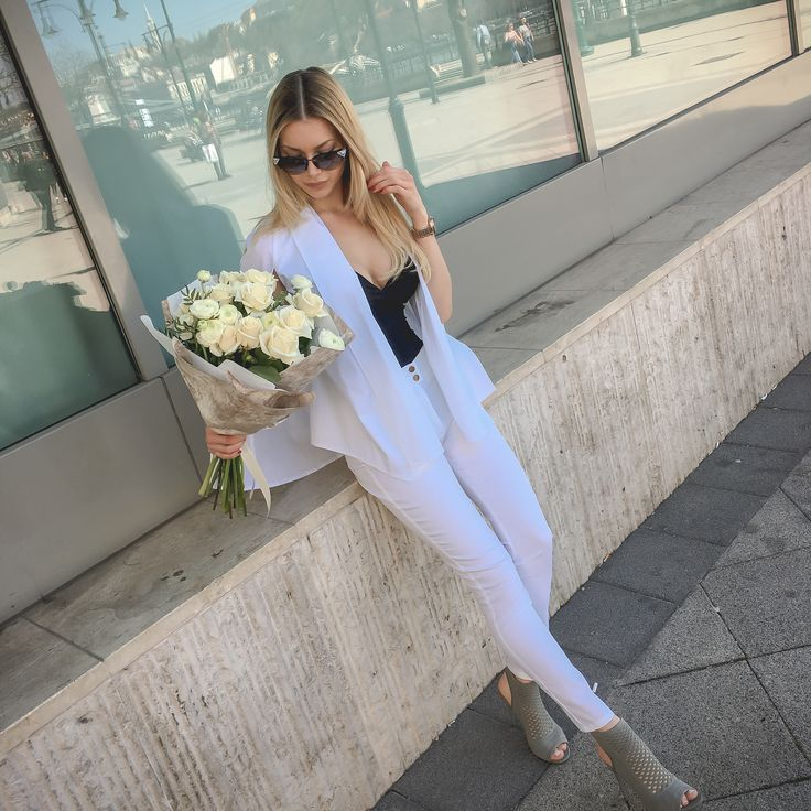 White roses by DIFIORI