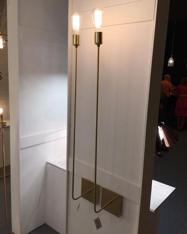 Preciosos apliques metálicos con brazo largo en acabado dorado.  #iluminacion #tendencia #interiorismo #interiordesign #style #decolovers #decor #deco #instadecor #picoftheday #instagood #casa #home #decoracion