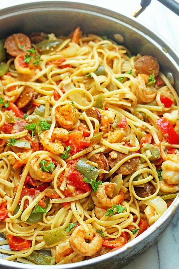 pâtes aux crevettes sauce cajun 2 cas d'huile d'olive 100g crevettes sel et poivre 2 saucisses de andouille, tranchés ½ oignon, tranché 1 poivron vert, tranché ½ poivron rouge, tranché 1 cuillère à soupe d'ail haché 3 tomates italiennes, tranchées 2 tasses de bouillon de poulet 1½ tasse de vin blanc ½ tasse de crème de soja 1 cac de sauce soja 1 cac de sauce piquante Assaisonnement cajun au goût 1 boîte de pâtes de riz Garniture: persil