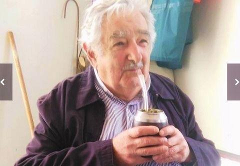 """マテ茶を飲むウルグアイ・ムヒカ元大統領 Ex. Presidente Sr. """"Pepe"""" Mujica tomando Mate."""