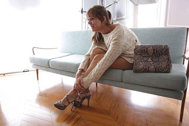 @corellooficial está fotografando nesse momento sua nova campanha de inverno 2017! A marca convidou ninguém menos que @sophiecharlotte1 para estrelar as fotos. A coleção está recheada de peças em veludo e texturas em píton e croco como grandes apostas. Os detalhes em amarrações também ganham vida na coleção assim como as botas skinny  aquelas bem justinhas  uma forte tendência streetwear. How cool! #corello #sophiecharlotte  via HARPER'S BAZAAR BRAZIL MAGAZINE OFFICIAL INSTAGRAM - Fashion…