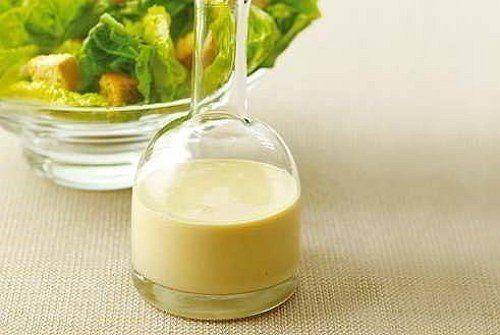 Натрите сыр на мелкой терке. Чеснок очистите и измельчите вместе с филе анчоуса. Разотрите сметану с йогуртом и сыром. Положите чеснок с анчоусом. Добавьте по вкусу уксус и перец. Можно посолить, но заправка и так будет соленой от сыра и анчоусов. Заправляйте салаты с макаронами, а также овощные и салаты с нейтральными сырами. Приятного аппетита!