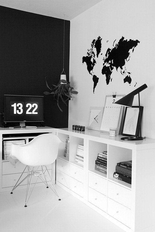 Carte du monde peinte sur le mur. bureau noir et blanc.www.juni-paris.com