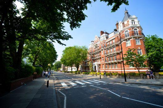 """Abbey Road, Londres Se os Beatles não tivessem utilizado como capa do seu disco a imagem em que atravessam a faixa de pedestre da Abbey Road, essa rua não seria mundialmente conhecida e o governo britânico não a declararia """"lugar de importância histórica e cultural""""."""