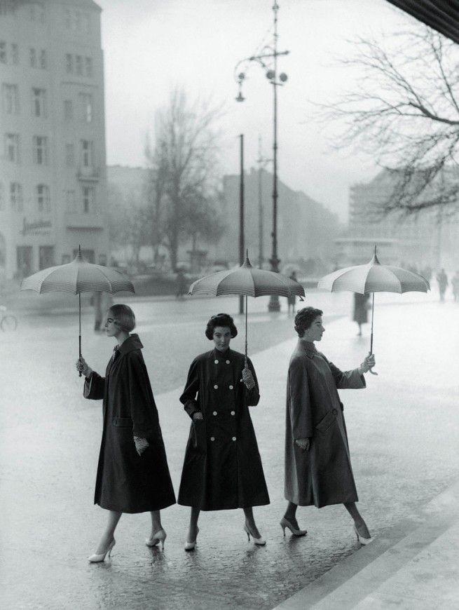 My Vintage Vogue: Umbrellas, Rainy Day, Vintage Fashion, Berlin, Vintage Lady, Vintage Photo, Coats, 1950S Fashion, Vintage Vogue
