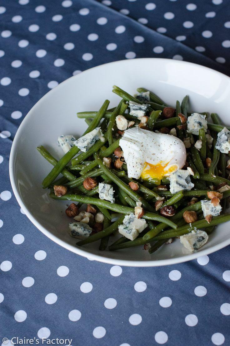 Salade de haricots verts, oeuf poché et noisettes concassées