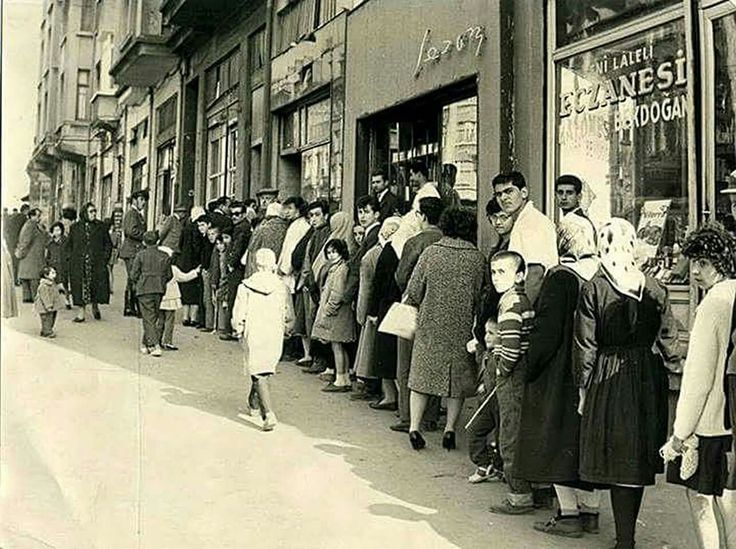 Laleli'de kuyruğa girmiş vatandaşlar 1970'ler