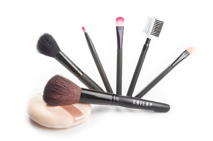 Meikkausvälinesetti sisältää kaikki tarvittavat siveltimet meikin tekoon!  Setissä huulipunasivellin, luomiväriaplikaattori ja luomivärin häivytyssivellin, kulmakarva- ja ripsiharja sekä poskipuna- ja puuterisiveltimet. Lisäksi irtopuuterivippa, 15,95 €