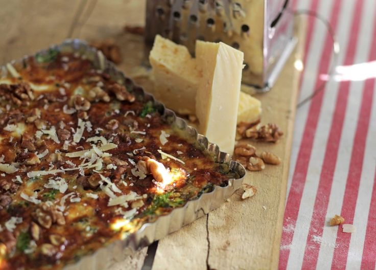 Grönkål är en riktig supergrönsak som är laddad med nyttigheter. I en paj med västerbottensost smakar den extra gott! Här kommer ett enkelt och smarrigt re