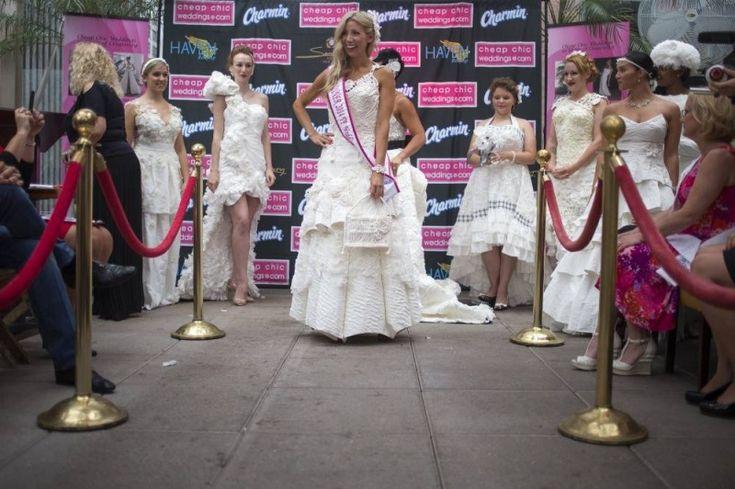 Свадебная мода из туалетной бумаги. (12 фото)
