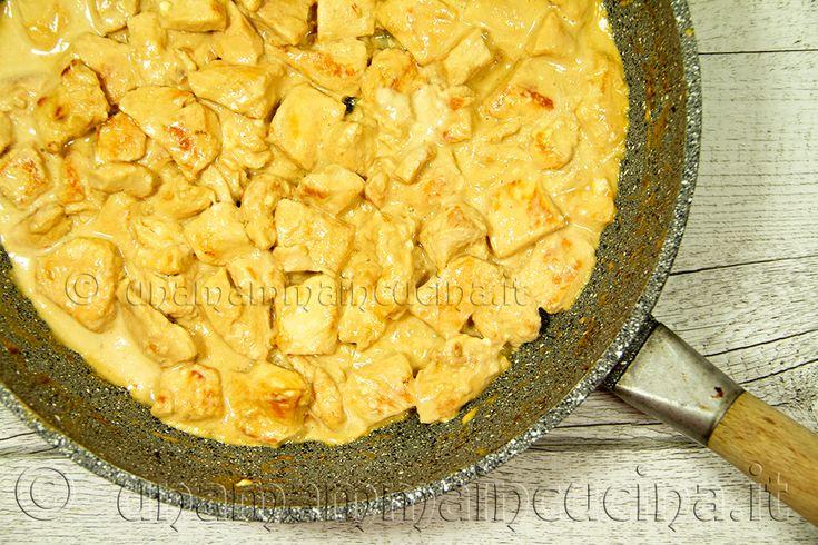 Ricetta golosa del petto di pollo tagliato a bocconcini e arricchito con una delicata salsina cremosa allo stracchino.Buonissimo e si prepara in 15 minuti.