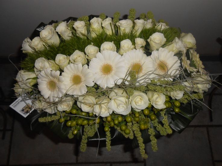 en lijnrouw bloemstuk  wit / groen