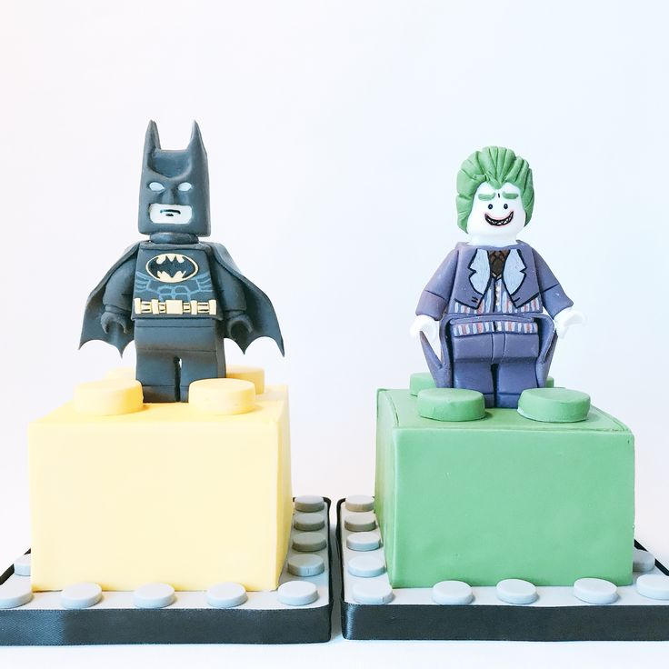 S also stands for Superheroes ! The toppers were for the Lego cakes, they couldn't stand being on the same piece . Happy Tuesday everyone! • Maatwerk Lego taarten in de smaken Glorious Victoria en Chocolade Liefde • #legobatmanmovie #batman #joker #movie #movie #lego #warnerbrosstudios #warneranimationgroup #wag #wb #shs #studiohappystory #happystorycakes #cakes #taart #cakestudio #designercakes #creativecakes #girlboss #sugarmodel #satinice #sugar #3d #birthday #verjaardag #foodie
