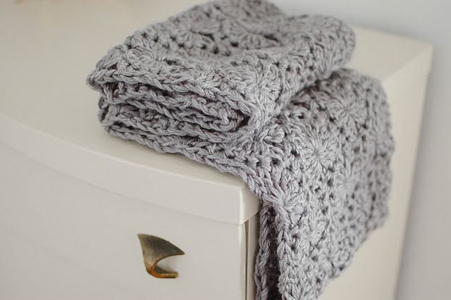 I love how intricate and modern this scarf looks. (PATTERN INCLUDED) >> I plan on making this next, w/ a bulky grey yarn.