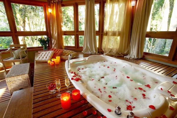 Banheira de Hidromassagem: Delicioso banho em banheira que acomoda confortavelmente duas pessoas, equipada com cromoterapia, aromaterapia, jatos de diversas intensidades, cascata e ducha.
