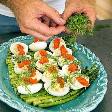 Recept: Ägghalvor med grillad sparris och rom