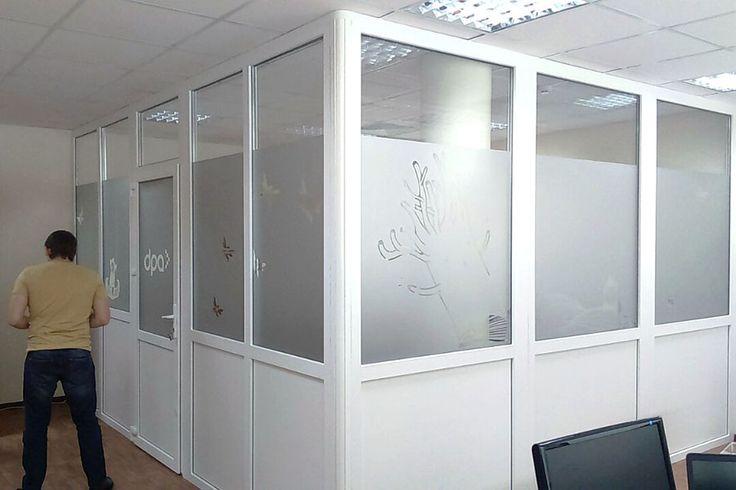 Матирование стекла на межофисных перегородках для Студии DPA