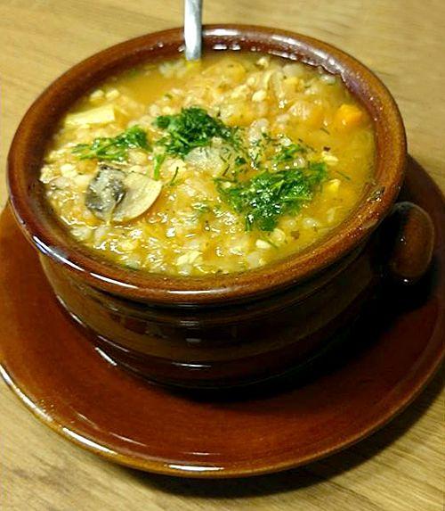 Igazi, egyszerű, cserépedényben főtt savanyú káposzta leves.