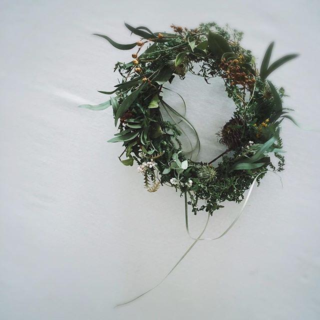 ドライフラワーリース 蔓草を くるくる巻きつけて作りました。 ほぼグリーンだけ ナチュラルで可愛いですよ。 また今回iichiにはじめて出品しました。 まだ一品だけですが、随時更新して行く予定です。そちらもどうぞよろしくお願いします。  #tv_living #driedflowers #driedflowerwreath  #wreath #green #リース #ドライフラワーリース  #click_vision #feelfreefeed #stilllifegallery #蔓草 #ユーカリ#eucalyptus #newengland #kinfolk #kinfolklife