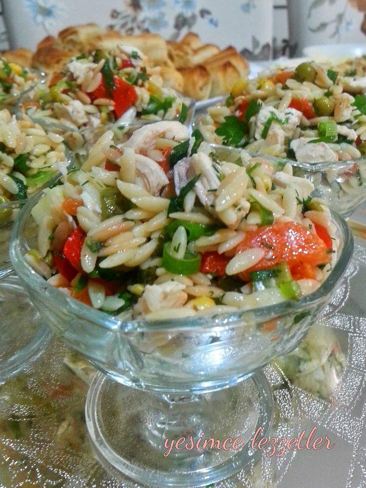 Yine bir salata tarifi ile devam ediyoruz sevgili blog dostlarım...Eskilerde sık yaptığım çok sevilen Tavuklu Arpa Şehriye salatası...
