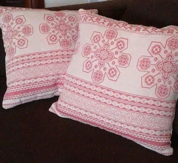 Pair of sofa pillows....Cuscini da divano in tessuto con decori rossi (simil turco) sul fronte e sul retro tela grezza ecrù. Realizzati a mano.