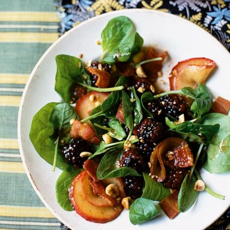 Try out this bacon, apple, and blackberry salad, a delicious combination of ingredients | Best autumn salad recipes | Healthy autumn recipes | Visit  for more autumn salad recipes.
