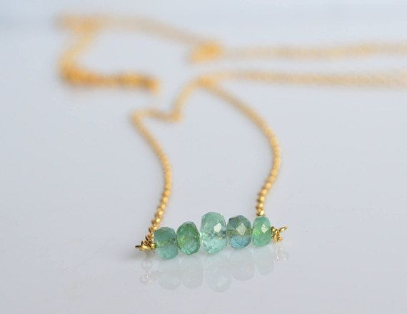 Cinque luminosi smeraldi di grandezza scalare sono al centro di questa collana minimale in oro giallo 18 kt .  La collana è molto versatile e leggera,perfetta per tutti i giorni e per un look minimale ed elegante. Ideale per se stessi o per una persona cara, per chi cerca qualcosa di sobrio e raffinato.  ---Dettagli--- Materiale: oro 18 kt e smeraldi Dimensione smeraldi : 6-4 mm circa Lunghezza barra smeraldi : circa 1,5 cm (0,6) Chiusura: moschettone  *** COME ORDINARE *** 1. Nel primo menù…