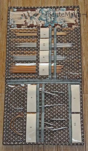 """Fra mitt mønster """"Strikkepinnemapper i 2 størrelser"""" Dette er innside på liten mappe. Her er det 4 lommer til strømpepinner, og 4 lommer til rundpinner.  Glidelåslommen på utsiden kan sees på mønsterbildet, følg linken over."""