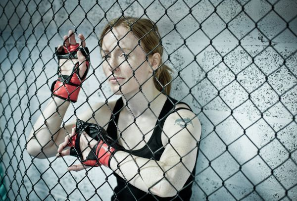 Catégorie Portrait, Marc O'Sullivan (Marc O' Sullivan photography)  Nulle part où se cacher.    Photographiée avant sa rencontre dans sa cage de combat, Amanda English, respire la tranquillité et la confiance.