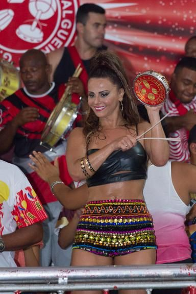 Com look ousado, Viviane Araújo exibe barriga seca em ensaio da Salgueiro