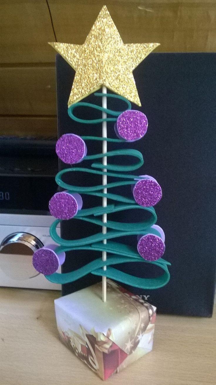 Mi tercer Arbol de Navidad, voy mejorando :D Con sencillos materiales, puedes hacer la diferencia... Goma Eva, palo de brocheta y un cartulina...  y ya :D