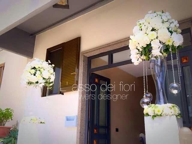 Allestimenti floreali indicano l'ingresso della casa della sposa. Matrimonio unico e indimenticabile!
