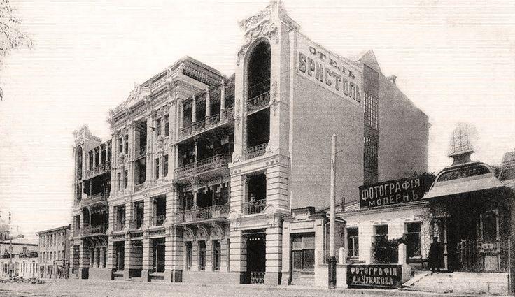 Вид на гостиницу «Бристоль» от Цветника (около 1910 г.)Один из первых его постояльцев, лейб-медик Л. Б. Бертенсон сказал: «Сейчас я живу в такой гостинице, входя в которую, мне кажется, будто я в Париже или Берлине. Таких прекрасных сооружений нет на заграничных курортах». Из 110 его номеров большинство имели отдельную переднюю, гостиную, спальню, балкон, ванну, телефон и электрическое освещение.
