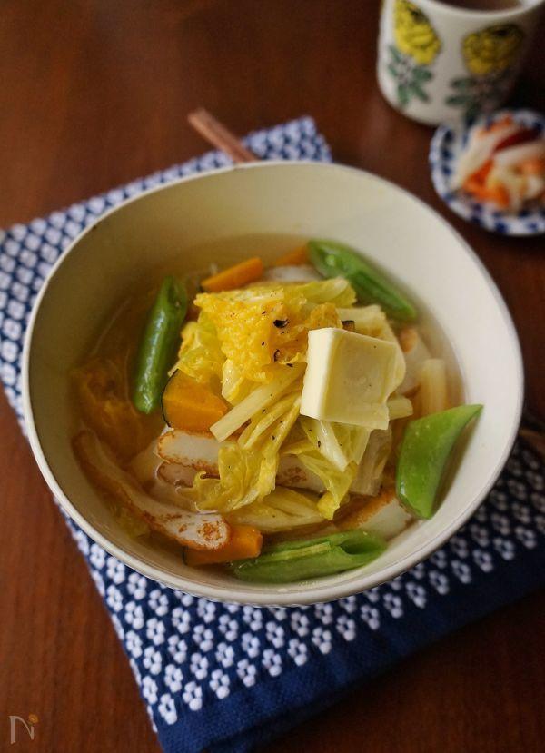 白菜を他の具材と一緒に鶏ガラスープと塩であっさりと炒め煮にして、そうめんに掛けました。あっさりしたスープの中に野菜の旨味が感じられるにゅうめんです。寒い日のランチや夜食におすすめです。