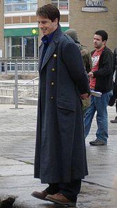 Отличительной чертой внешнего облика капитана Джека стало его серое военное пальто времён Второй мировой