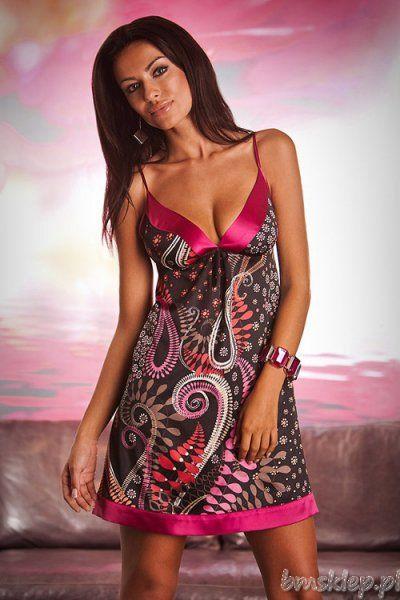 Elegancka satynowa koszulka na ramiączkach utrzymana w kolorach czerni i różu. Odcinane pod biustem miękkie miseczki z różową wstawką w kolorze fuksji. Koszulka na dole zakończona paskiem materiału w tym samym kolorze. Skład: 97% poliester, 3% elastan.... #BieliznaNocna - http://bmsklep.pl/miran-829-nocna