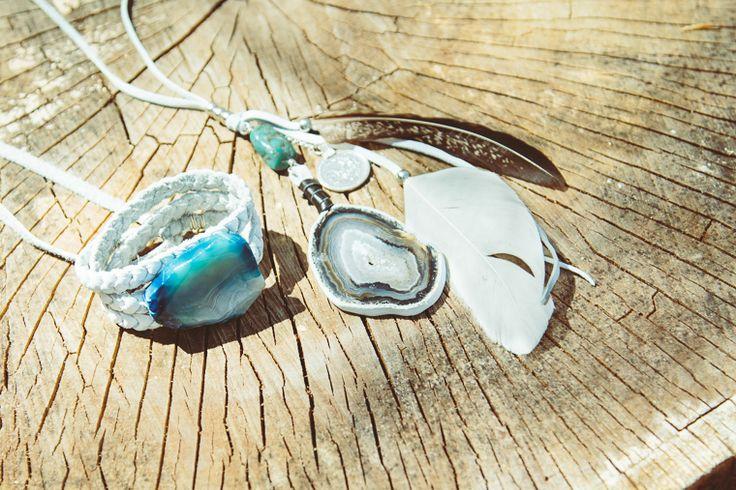 bello! tre giri di catenella all'uncinetto e una pietra dura incollata o cucita (se ha i buchi) sopra! The Water's Edge by Blog.SoulMakes.com
