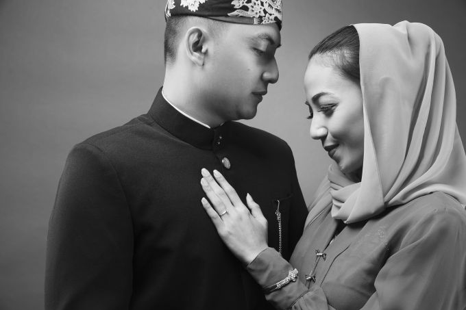 One Couple's Fascinating Traditional Engagement Album | Head over to: http://www.bridestory.com/blog/one-couples-fascinating-traditional-engagement-album