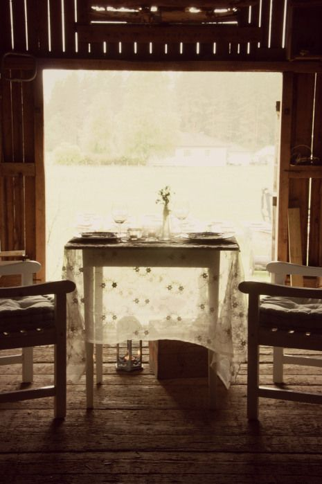 Et enkelt pyntet bord på låven en regnfull sommerdag.