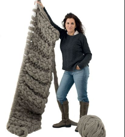 Te enseñamos a tejer una manta con lana súper gorda y caños de PVC.