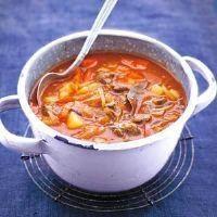 Soep - Goulashsoep    Aantal personen: 4 Bereidings tijd: 20 min bereiden Menugang: voorgerecht Ingrediënten - 25 gram boter - 2 eetlepel bloem - 300 gram soepvlees - 2 laurierblaadje(s) - 70 gram tomatenpuree - 1 eetlepel paprikapoeder - 3 ui(en) , in halve ringen - 2 rode paprika , in reepjes - 3 tabletten rundvleesbouillon - 2 tenen knoflook , fijngesneden - 3 grote aardappelen , vastkokend, geschild
