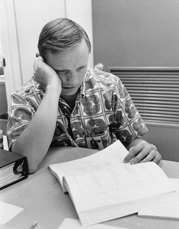 1969, 14 июля. За два дня до старта, Нил Армстронг перечитывает полётный план