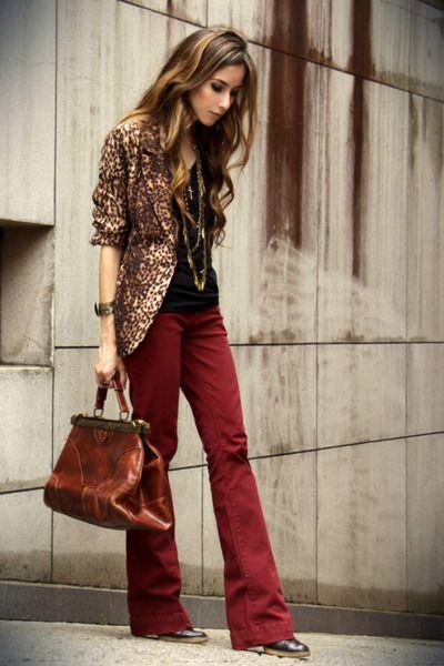 printed blazer + blusa preta + legging marsala ou calça tng vinho