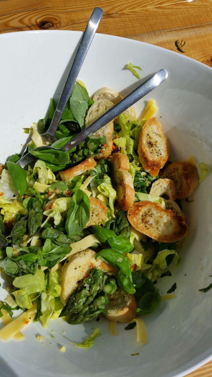 Sałatka z grzanką i zieloną szparagą